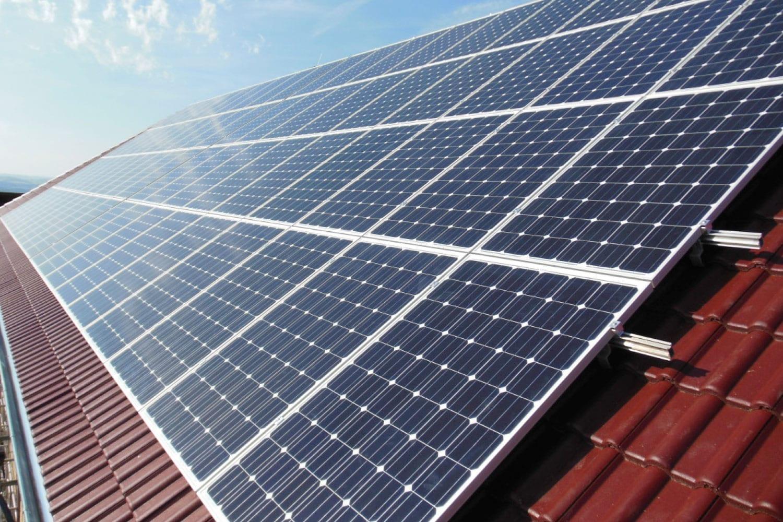 Photovoltaik-Anlage auf einem roten Ziegeldach