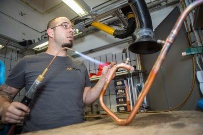 Schweißarbeiten bei der Produktion von M-TEC Wärmepumpen