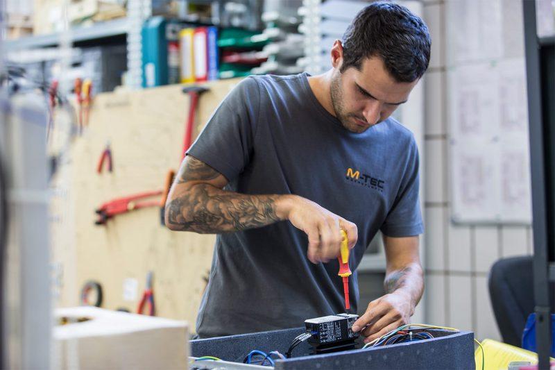 Installation von Elektronik-Bauteilen in der M-TEC Wärmepumpenproduktion